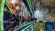 Eine Person arbeitet an einem Fahrrad