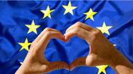 EU-Flagge mit zwei Händen