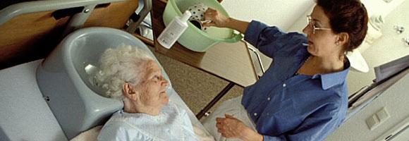 Pflegekraft mit Patientin