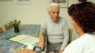 Eine Pflegekraft mit einem Patienten
