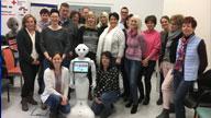 Eine Gruppe Menschen mit Roboter