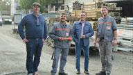 Vier Männer auf einer Baustelle