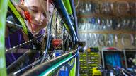 Jugendlicher ölt ein Fahrrad