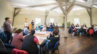 Mehrere Personen in einem Besprechungsraum