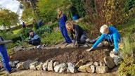 Jugendliche bei Gartenarbeit