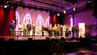 Menschen auf einer Bühne