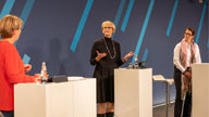 Drei Personen auf einer Bühne