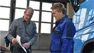 Zwei Männer in einer Werkstatt