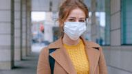 Eine Frau trägt eine Hygienemaske