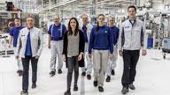 Menschengruppe in einer Produktionshalle