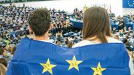 Zwei Menschen mit EU-Fahne