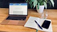 Notebook und Handy auf Schreibtisch