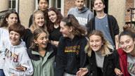 Jugendliche vor einem Gebäude
