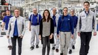 Mehrere Personen in einer Fabrikhalle