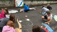 Kinder bemalen die Straße