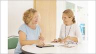 Zwei Frauen sitzen an einem Tisch