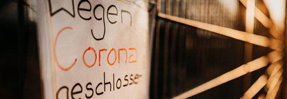 """Schriftzug """"Wegen Corona geschlossen"""""""