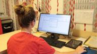 Eine Frau am PC