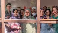 Menschengruppe am Fenster